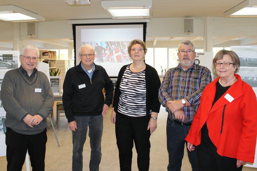Holdet bag udstillingen. Bente Clemmens(i rød) og Birgit Olsen har stået for opbygningen af udstillingen, med hjælperne f.v. Søren, Ove, Jørgen og Carlo(fotografen)